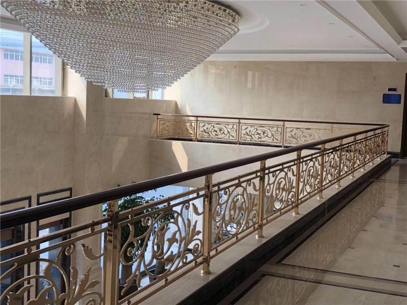 如何充分利用铜楼梯的空间使家具装饰更完美